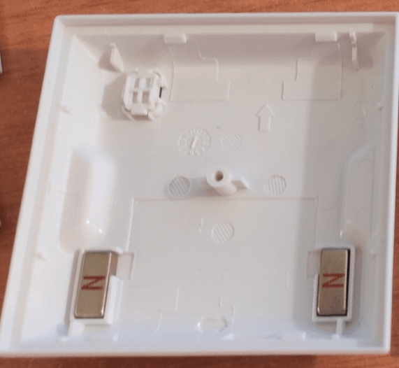 Magnets in the back of the Aqara switch